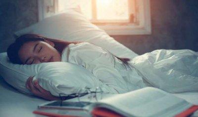وضعية النوم الأنسب لتجنب الآلام