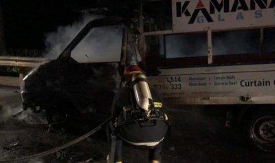 بالصورة: حريق داخل فان في انفه