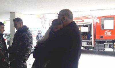 انقاذ طفل ووالده من حريق في بيروت