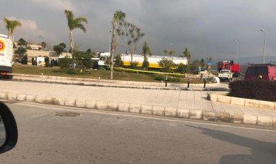 بالفيديو: إنقلاب صهريج محمل بالوقود على طريق المطار