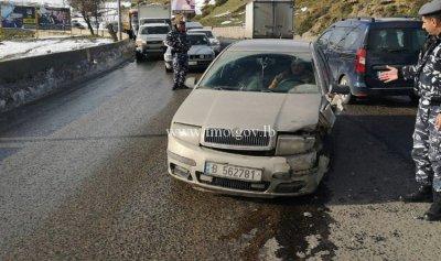 بالصورة: تصادم بين سيارتين على طريق ضهر البيدر