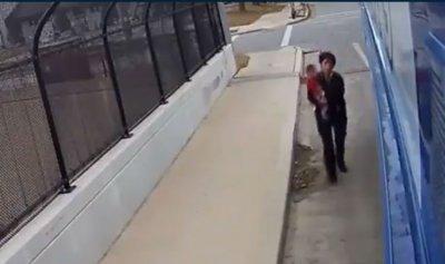 بالفيديو: تركت الحافلة لتخلّص الطفل