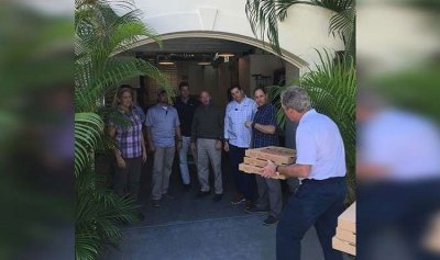 بوش يقدم بيتزا بدلاً من الراتب
