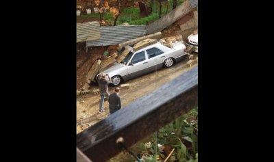 انهيار حائط على سيارة في طرابلس