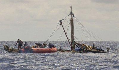 أمواج البحر تقذف 6 صيادين