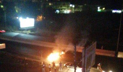بالصور:  اقفال أوتوستراد نهر ابراهيم بالإطارات المشتعلة