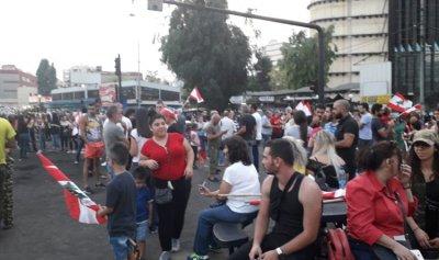 مئات من المتظاهرين على تقاطع الشفرولية