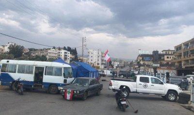 بالصورة: قطع طريق السامرية مقابل افران لبنان الاخضر