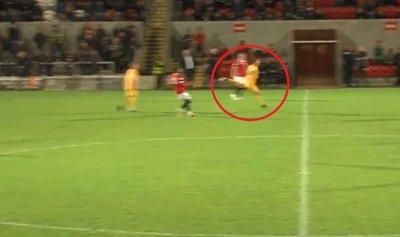 بالفيديو: هدف نادر بضربة رأسية من منتصف الملعب