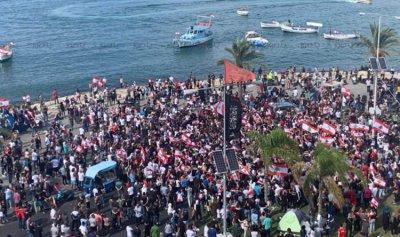 تزايد أعداد المحتجين في ساحة العلم في صور