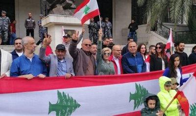 بالصور: الاعلام اللبنانية ترفرف في ساحة زحلة