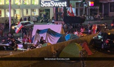 بالصور: متظاهرو الزوق باتوا ليلتهم في الخيم