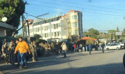 محتجون أقفلوا مدخل جامعة بيروت العربية في الدبية