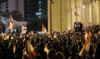 بالصور: كيف بدت ساحة الشهداء مساء عيد الاستقلال؟