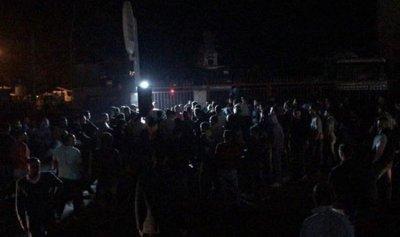 الشارع يغلي… والثوار يتظاهرون امام منزل الصفدي