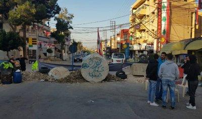 بالصورة: قطع طريق عام حلبا