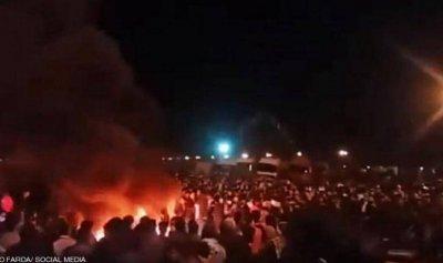 الثوار يحرقون بنكاً في كرج شمال غرب طهران