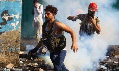 """بالفيديو: ثوار العراق يقفلون الدوائر الرسمية بـ""""لحام الأبواب"""""""