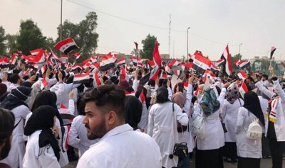 متظاهرون من جنوب العراق يصلون ساحة التحرير ببغداد