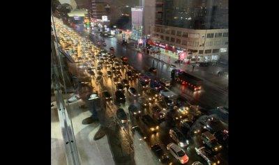 بالفيديو: موكب للثوار يقطع اوتوستراد جل الديب