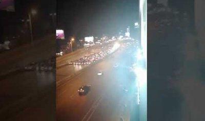 بالفيديو: ثوار جل الديب يقطعون الاوتوستراد بموكب سيارات