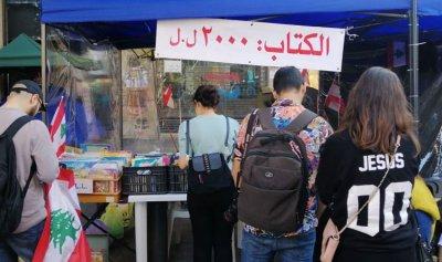 """بالصورة: الثوار في """"مكتبة الشارع"""" والكتاب بـ2000 ل.ل"""