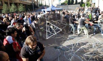 بالفيديو: الثوار يرعبون البرلمان