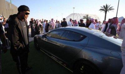 رونالدينيو أول مشتر في معرض الرياض للسيارات