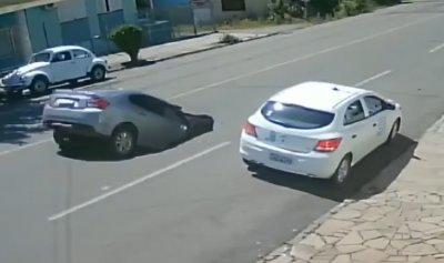 بالفيديو: حفرة ابتلعت سيارة