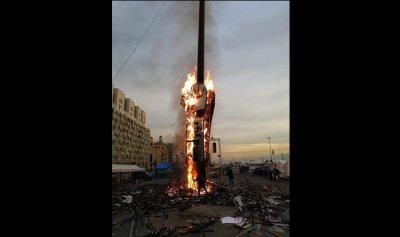 بالفيديو والصور: حرق نصب الثورة فجراً