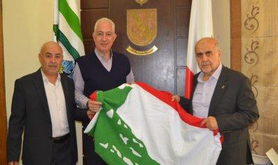 رفع علم لبناني ضخم أمام بلدية طرابلس