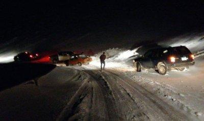 بالصورة: انقاذ مواطنين محاصرين بالثلوج على طريق عيناتا ـ الارز