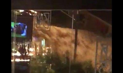 بالفيديو: فيضان يجتاح مطاعم الجميزة