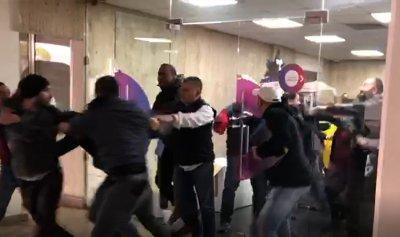 بالفيديو: موظفو أوجيرو يعتدون على الثوار في بئر حسن