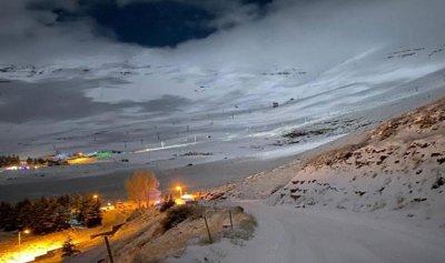 بالفيديو والصور: الثلوج تتراكم على حلبات التزلج في الأرز