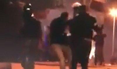 بالفيديو: ناشط يتعرض إلى ضرب عنيف على رأسه