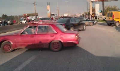 بالصورة: اقفال طريق المنية بالسيارات