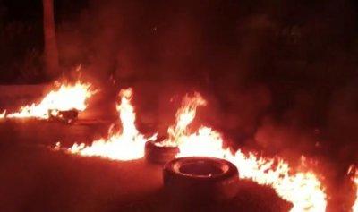إقفال الاوتوتسراد الشرقي في صيدا بالإطارات المشتعلة
