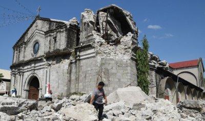 """بالفيديو – زلزال الفلبين: """"نسمع صراخاً تحت الأنقاض"""""""