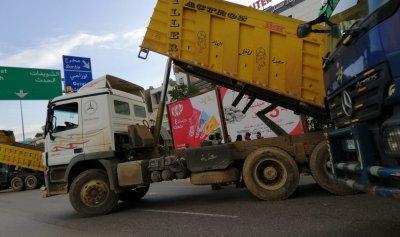 بالصور: الشاحنات تقفل اوتوستراد الدامور