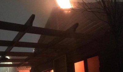 بالصور: اخماد حريق داخل شاليه في ميروبا