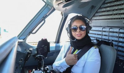 """بالصور: """"الكابتن"""" ياسمين أول سعودية تحلق في أجواء المملكة"""