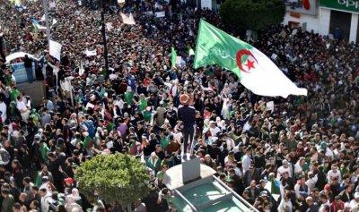 المعارضة الجزائرية تطالب الجيش بإدارة المرحلة الانتقالية