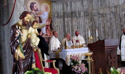 مطر زار كفرعميه واحتفل بالذبيحة الإلهية في كنيسة قيد البناء