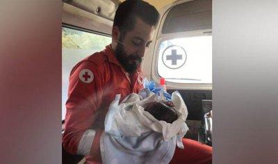 بالصورة: أم لبنانية تلد طفلها في سيارة الإسعاف