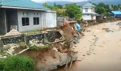 عشرات القتلى جراء فيضانات غزيرة في إندونيسيا