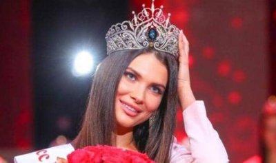 صورة تفضح ملكة جمال وتجردها من اللقب
