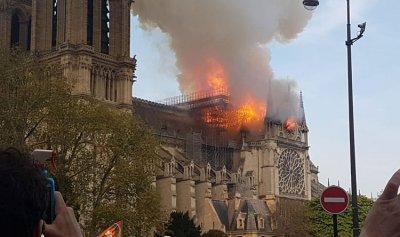 بالفيديو: لحظة انهيار برج كاتدرائية نوتردام في باريس