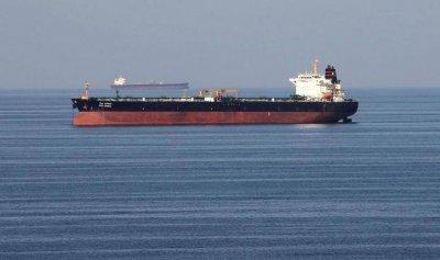 زوارق إيرانية تمنع سحب ناقلة النفط في خليج عمان