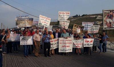 قطع طريق شكا – الارز احتجاجا على مصانع الاسمنت